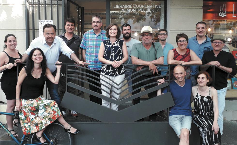Plusieurs coopérateurs de La Cavale devant leur librairie©DR