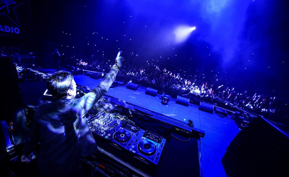 Richard Orlinski, sculpteur et DJ, en concert avec le gant connecté de Specktr. Crédit : DR