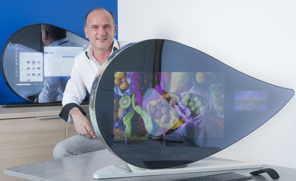 Gérard Chosson dans l'atelier de Weezyo, au sein de l'Espace Entreprise de Garosud, avec l'ordinateur