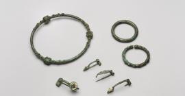 Légende photo : Torque, bracelets et fibules, Villeseneux (Marne), IIIe siècle avant notre ère.