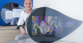 """Gérard Chosson dans l'atelier de Weezyo, au sein de l'Espace Entreprise de Garosud, avec l'ordinateur """"tout en un"""" en forme de goutte d'eau ®Edouard Hannoteaux"""